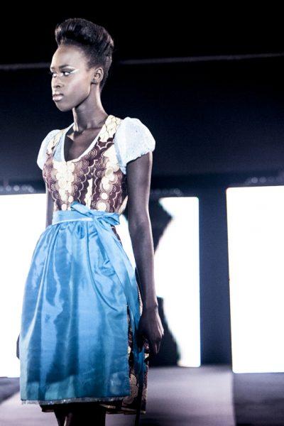 Paillettenakzent am Dirndl im Waxprint aus Ghana © Sharon Lomanno